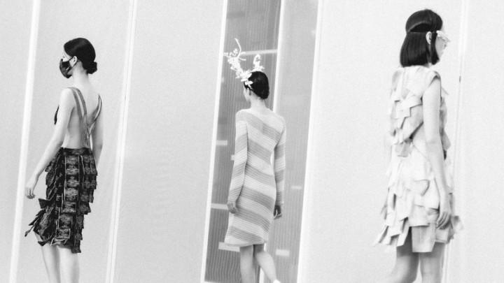 台灣設計師詹朴自創品牌APUJAN最新春夏時裝作品「迷宮喧囂」,將防疫面具、口罩等道具結合時裝秀,呼應世界當今面貌。(APUJAN提供)