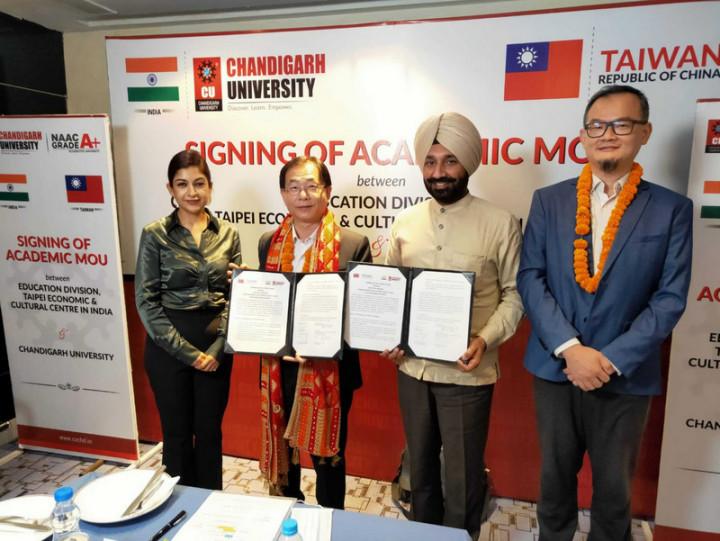 駐印度代表處教育組26日與印度昌迪加爾大學簽約,設立台灣教育中心。圖為駐印度代表葛葆萱(左2)與學院集團主席桑胡(Satnam Singh Sandhu)展示合作備忘錄。(駐印度代表處教育組提供)