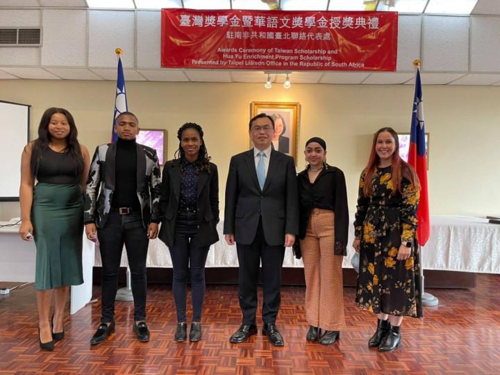 駐南非代表賀忠義(右3)9日在代表處舉行「台灣獎學金」暨「華語文獎學金」授獎典禮,鼓勵受獎學生在台灣努力學習。禮成後與部分受獎學生合影。(駐南非代表處提供)