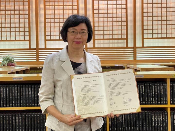 國家圖書館曾淑賢館長手持合作協議約本 (圖片來源:國家圖書館臉書)