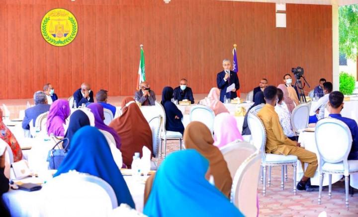 索馬利蘭總統阿布迪(左4)26日出席台灣獎學金受獎學生歡送會,駐索馬利蘭代表羅震華(站立者)也應邀致詞。受獎學生則由家長陪同出席。(駐索馬利蘭代表處提供)