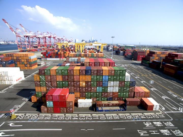 台灣共有7個自由港區,包括桃園空港及台北、台中、高雄、基隆、蘇澳、安平6個海港,每年營運績效都穩定成長。圖為高雄港自由貿易港區。(翻攝自臺灣港務公司官網)