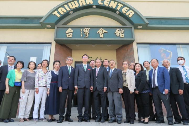 僑委會委員長童振源(前排左7)14日拜訪紐約台灣會館,與駐紐約辦事處長李光章(前排左6)及僑界人士合影。