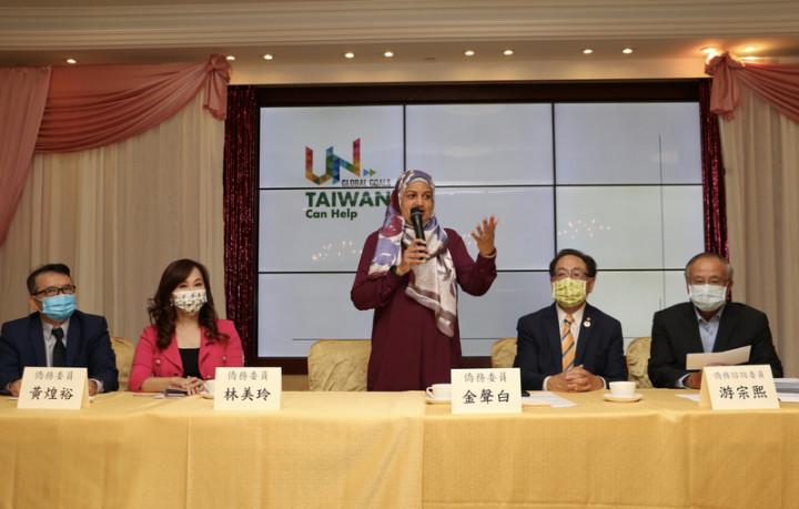 加拿大自由黨聯邦眾議員札希德(Salma Zahid,中)15日出席多倫多僑界支持台灣加入聯合國記者會。(黃乃文提供)