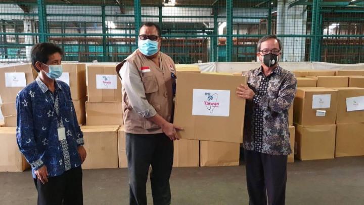 圖為去年5月台灣捐贈印尼醫療口罩抵達雅加達 (圖取自駐印尼代表處 )