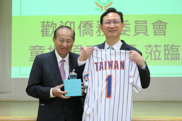 僑委會委員長童振源(右)14日拜訪紐約台灣會館,獲贈紐約大都會隊繡有Taiwan字樣的1號紀念球衣。左為台灣會館理事長蘇春槐。
