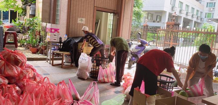 聖多福天主堂從去年8月起,為境外生收集民生物資
