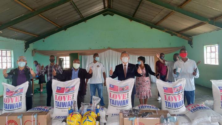 梁大使及韓公使轄訪史國觀光暨環境部長Moses Vilakati選區並贈米