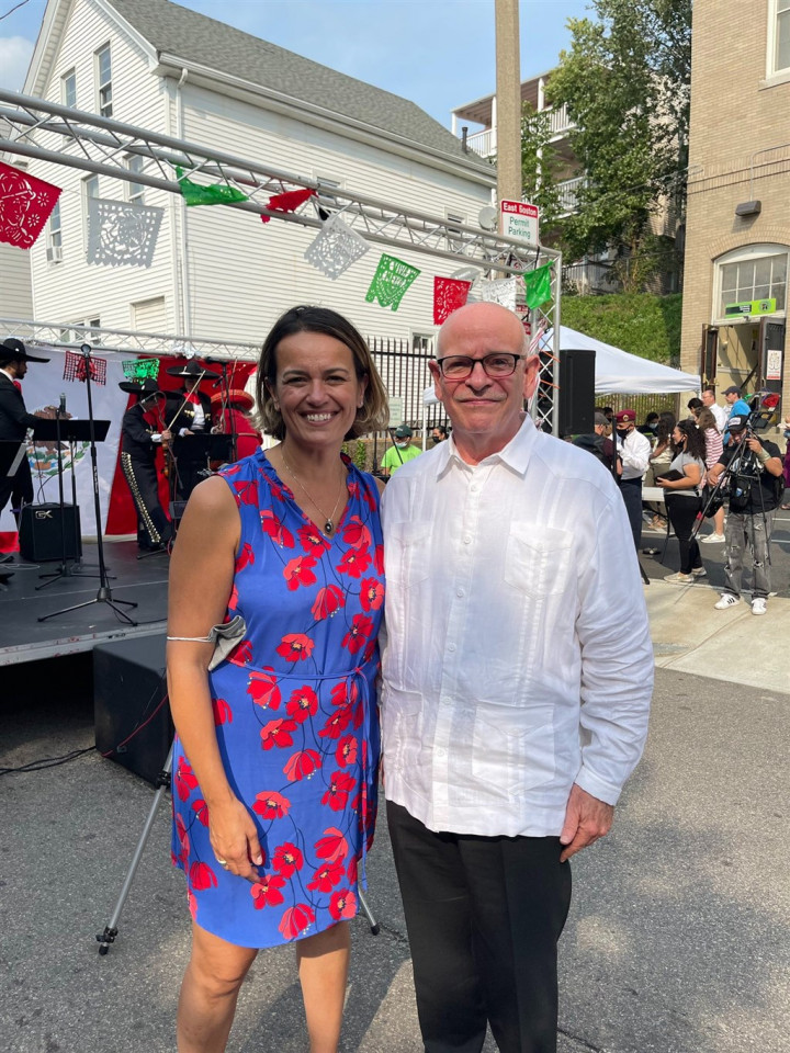 喬治(左)自稱是阿拉伯波蘭裔移民第一代,將在11月市長決選挑戰吳弭