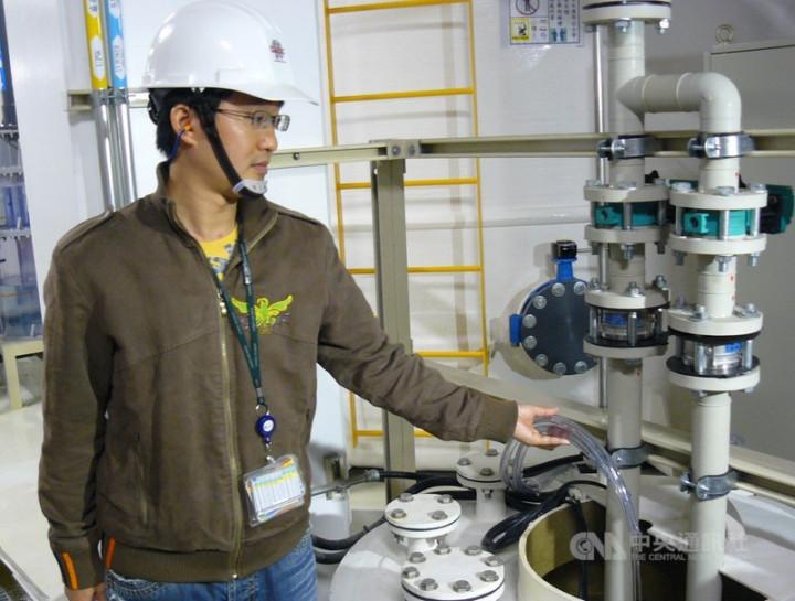 台積電加強節水力度,建立完善水情監控機制,擴大再生水使用並備妥水車因應缺水。圖為台積電回收量測水質用水設備。