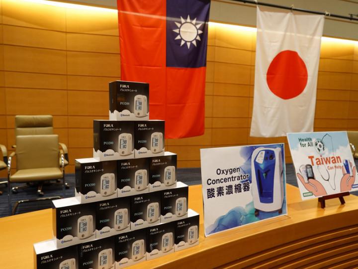 為感謝日本多次對台援贈疫苗,駐日代表謝長廷16日代表台灣政府捐贈日本醫療物資。