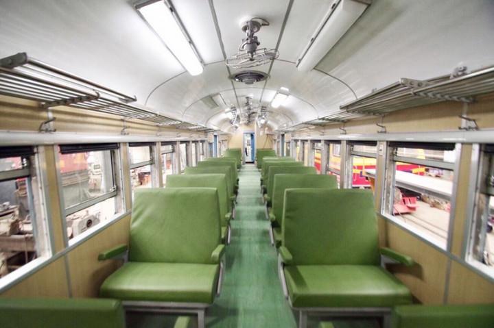台鐵觀光列車藍皮解憂號將在10月23日復駛,車廂置物架、旅客拉環、綠皮沙發等設備,讓旅客體會最原汁原味的復古風情。(雄獅旅遊提供)
