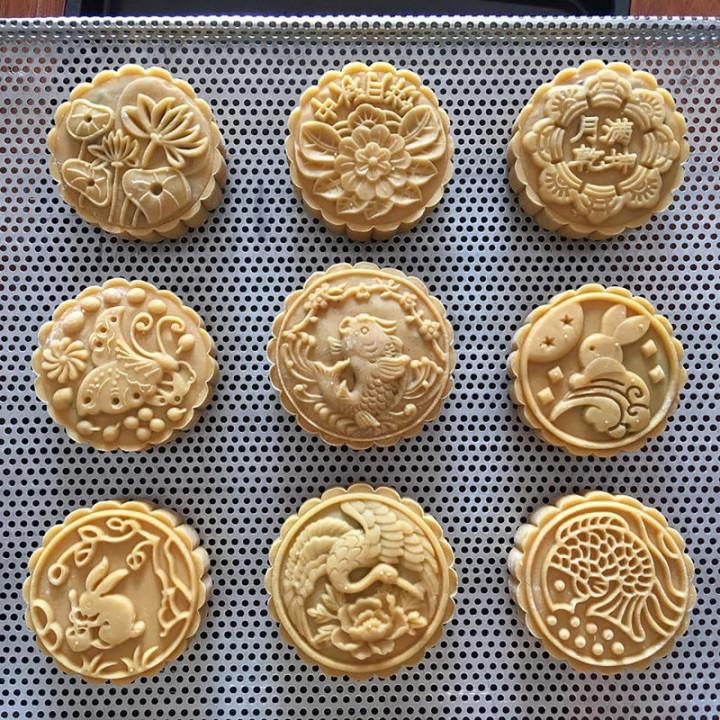越南和台灣一樣在中秋節有吃月餅的習慣,圖為河內市民阮海燕自己做的月餅,上面還印有「月滿乾坤」、「中秋月餅」的漢字。(阮海燕提供)