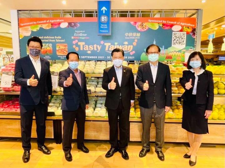 駐新加坡台北代表處梁國新代表(中間第三位)應邀出席Hao Mart超市舉辦「美味臺灣 Tasty Taiwan」農產品促銷活動,與僑界及台貿中心主任合影。