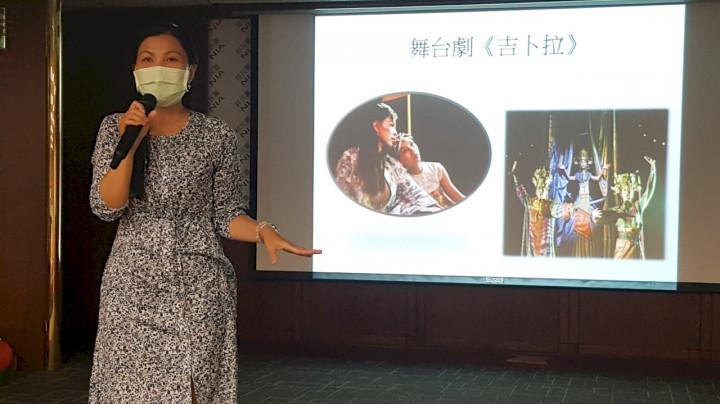 陳秋柳與女兒鄭琬諠一起演舞台劇《吉卜拉》時,發現女兒有演戲的才華。(移民署台北市服務站提供)