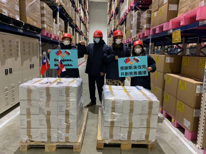 (左起)衛福部疾管署署長周志浩丶斯洛伐克駐台代表博塔文(Martin Podstavek)丶副代表蘇可娜(Michaela Šuláková)及外交部歐洲司副司長陳詠韶在倉儲點收疫苗。