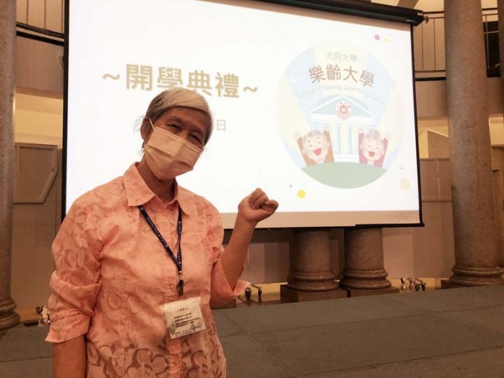 大同大學開辦「樂齡大學」14日舉行開學典禮,最年長的78歲學生張惠美很期待上課,她表示,學知識能讓心情好,就不會憂鬱。(大同大學提供)
