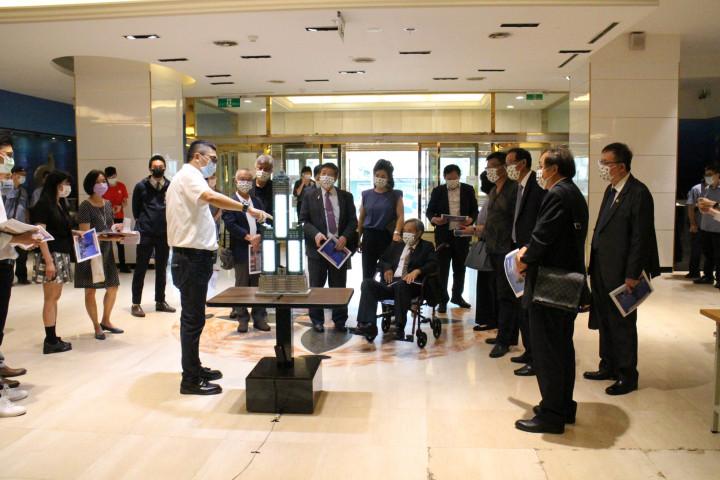 高雄市政府安排世界臺灣商會聯合總會一行人至85大樓等地參訪高雄投資環境