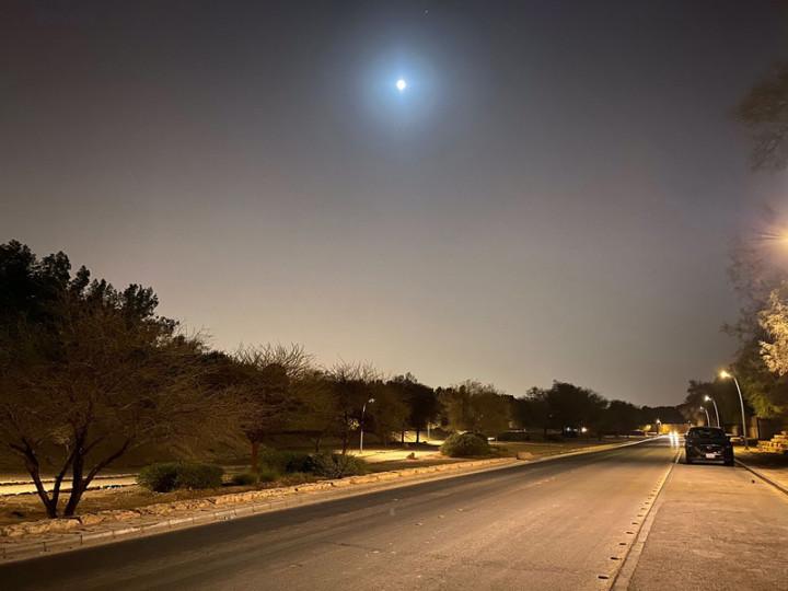 旅居沙烏地阿拉伯利雅德台僑雖遠在萬里之外,且面臨嚴峻疫情,仍在明月照大漠的都市景觀映照下共度中秋。