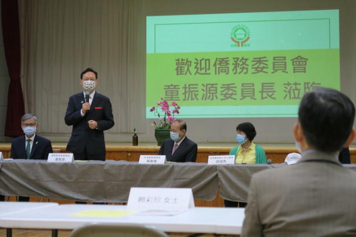 僑委會委員長童振源(站立者)14日在紐約台灣會館與僑界人士座談時說,台美共享自由民主價值,相信美國人會支持台灣華語教學。
