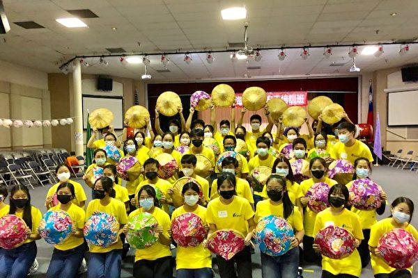 洛杉磯華僑文教服務中心於7月24日及25日舉辦杉磯海外青年志工新生培訓,47位參訓學員圓滿結業。圖為團體舞。(袁玫/大紀元)