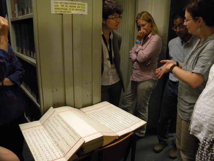 與法蘭西學院洽談設置TRCCS,該館展示珍貴中文古籍典藏 (圖片來源:國家圖書館臉書)