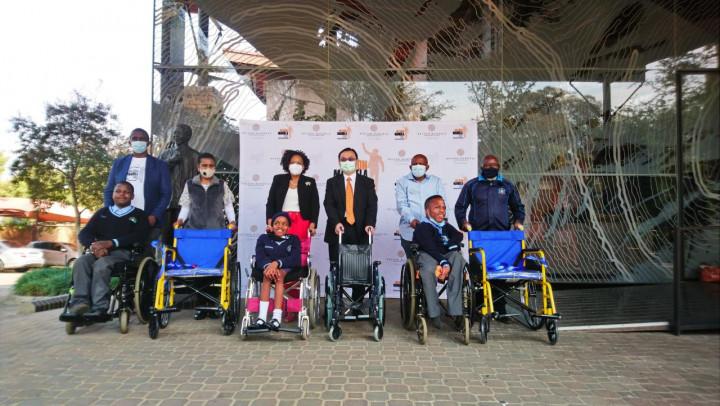 賀忠義代表我國捐贈輪椅予南非前總統曼德拉基金會
