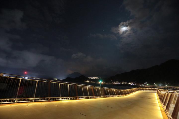 全長168公尺的基隆望海巷跨海景觀橋點燈啟用,基隆市政府強調,這座景觀橋銜接基隆與新北自行車道,可讓基隆潮境公園、國立海洋科技博物館等景點及東北角觀光區連成一氣。(基隆市政府提供)