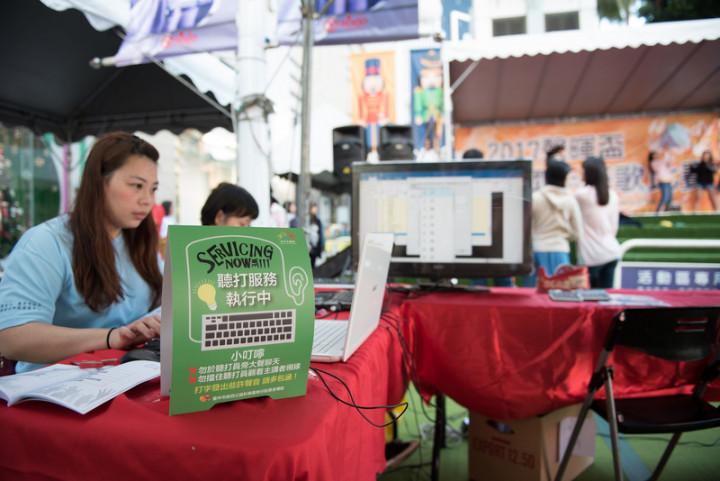 隱身幕後、鮮少被曝光的字幕團隊,因疫情記者會受到民眾關注。圖為聽打員林雨萱在活動現場執行聽打任務。