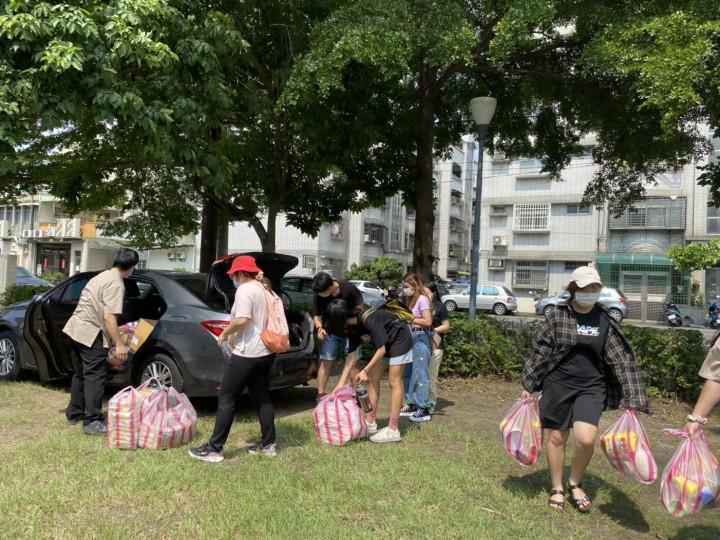 一袋袋物資分送到境外生住處