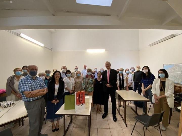 吳大使與「外國學生接待及法語協會」志工及國際學生拜會後全體合照
