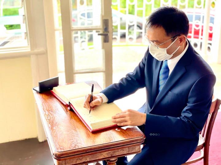 藍大使簽署總督府訪客登記簿