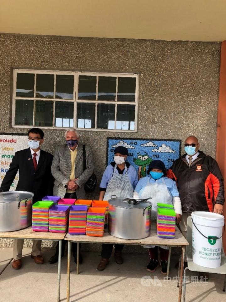 中華民國駐開普敦辦事處長林映佐(左1)1日前往428公里遠的喬治市,與市長范維克(左2)拜訪南非社區服務組織「輪子上的餐食」幫助貧童計畫