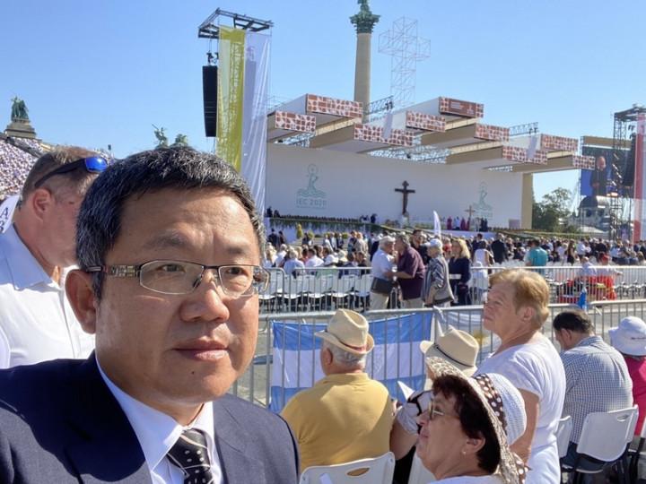 駐匈牙利代表劉世忠12日出席教宗方濟各在布達佩斯主持的國際聖體大會閉幕彌撒。(駐匈牙利代表處提供)