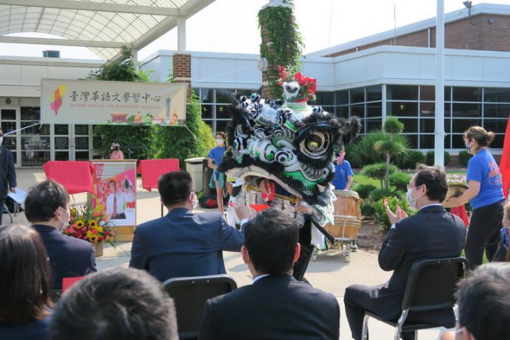 新澤西州華倫鎮華強高中12日舉行台灣華語文學習中心揭牌儀式,開場的舞獅表演為節目增色