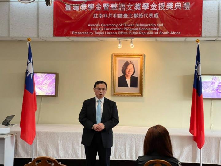駐南非代表賀忠義9日在代表處舉行「台灣獎學金」暨「華語文獎學金」授獎典禮,鼓勵受獎學生在台灣努力學習,並祝福他們學業順利。(駐南非代表處提供)