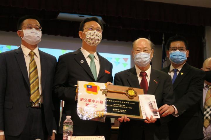 僑委會委員長童振源(左2)13日拜訪紐約傳統僑社,紐約中華公所主席于金山(右2)代表僑界致贈「紐約華埠之鑰」。