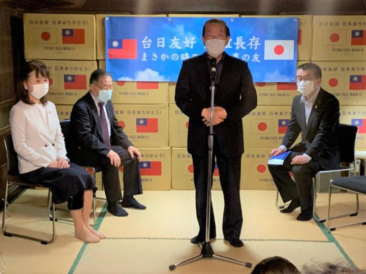 駐日代表謝長廷17日到埼玉縣出席台灣的易廷企業公司捐日124萬片口罩的儀式時表示,台日之間都互相鼓勵、感謝,但中國都是在那裡罵來罵去。(駐日代表處提供)