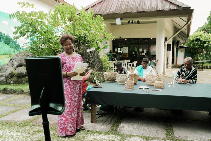 欣賞帛琉當地藝術家現場製作傳統木雕、手工編織與陶藝