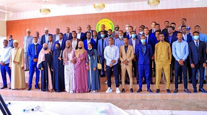 索馬利蘭總統阿布迪(最後一排左9)與台灣獎學金受獎學生和家長合影,駐索馬利蘭代表羅震華(最後一排右5戴白色口罩者)也應邀出席受獎學生歡送會。(駐索馬利蘭代表處提供)