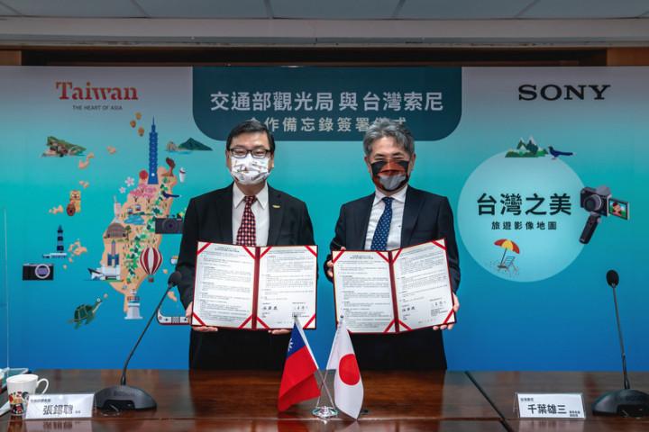 相機品牌Sony與交通部觀光局合作建置Sony探索台灣之美網站,17日起舉辦攝影比賽對外徵件。觀光局長張錫聰(左)與台灣索尼股份有限公司董事長千葉雄三(右)共同簽署合作備忘錄。(觀光局提供)