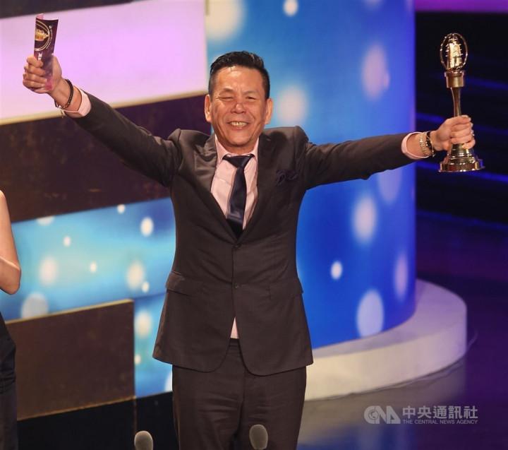 龍劭華出道42年,曾演出逾百部影視作品。圖為龍劭華2013年獲金鐘獎迷你劇集/電視電影男主角獎。