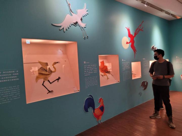 國立傳統藝術中心宜蘭園區「傳藝動物園」大展17日登場,園區以各類與動物有關的120件藝術文物對外展出,如以皮革製成的皮影戲偶「鶴」,兼具美感與吉祥祝福意涵。