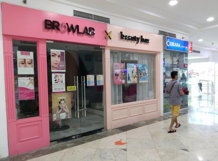 菲律賓政府試行新抗疫分級,14日宣布,馬尼拉都會區16日起採取4級警戒,餐廳、理髮店、美容院和實體宗教聚會可部分開放。圖為大馬尼拉地區美容院在現行抗疫措施下無法營業,攝於8日。