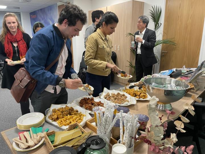 駐英國代表處教育組舉辦「留台校友會」活動,有近20名歷屆獎助計畫受獎生參加,討論如何吸引更多外國人赴台學習華語及教授英語,並在觀光局駐倫敦辦公室活動現場重溫鹹酥雞、珍珠奶茶等台式美食