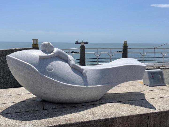 花蓮市公所與韓國蔚山廣域市締結姊妹市40週年,公所以大理石打造裝置藝術「鯨探號」,放置在北濱外環道南側人行步道,模樣生動有趣。