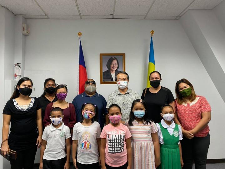 大使周民淦與Maris Stella小學Project AAC修繕教室計畫的家長及學生。