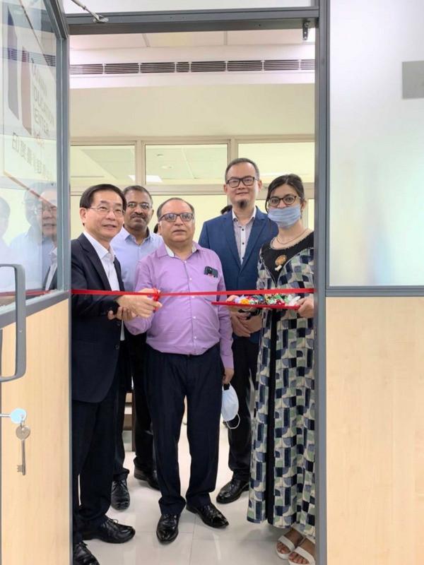 駐印度代表處教育組27日與印度理工學院羅巴爾分校簽約,設立台灣教育中心。圖為駐印度代表葛葆萱(前左)與校長阿胡加(Rajeev Ahuja)為中心剪綵。(駐印度代表處教育組提供)