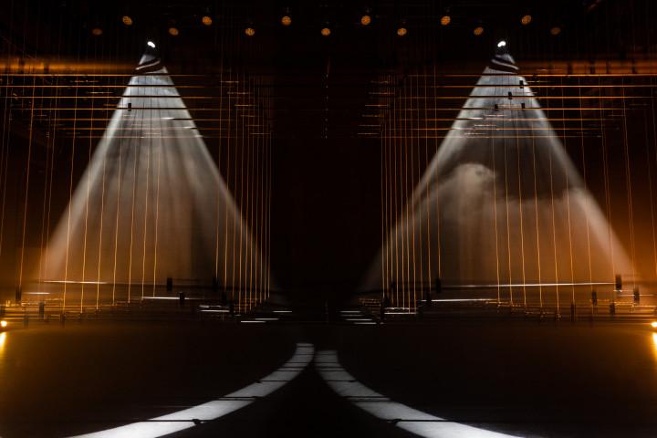 雲門技術團隊運用劇場內的燈光與燈桿,策劃驚喜的舞台魔幻秀。(李佳曄攝影/雲門舞集提供)