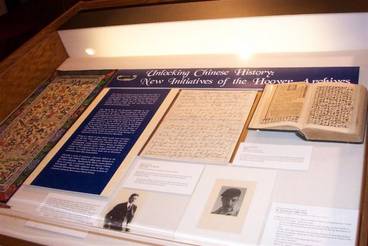 國史館與美國史丹佛大學胡佛研究所圖書檔案館14日簽署學術合作備忘錄。圖為蔣中正以毛筆撰寫的日記(右)和蔣宋美齡大哥宋子文以英文撰寫的手稿(中)2005年正式在胡佛研究所公諸於世。